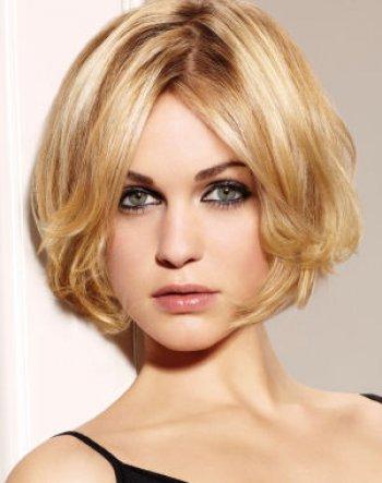 Ma coupe ressemble vaguement à ça sauf que je suis brune et que j'ai plus de cheveux que la dame, et avec une mèche à gauche. En fait ça ressemble pas vraiment à ça.