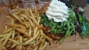 Burger de saumon, crème aux fines herbes, frites fishement bonnes