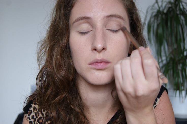 Ensuite pour donner un peu de relief, j'applique la couleur Tease (Naked 2) dans le creux de paupière. Puis ensuite j'estompe - moment clé du make up.