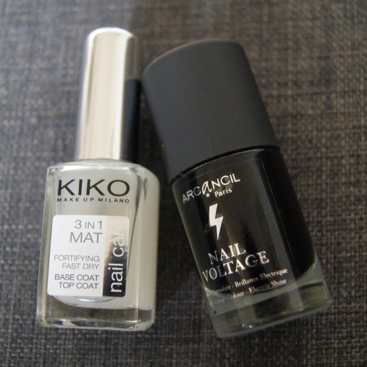 Pour ce nail art, on a besoin d'un vernis noir random, et un top coat matifiant. Le mien vient de chez Kiko.
